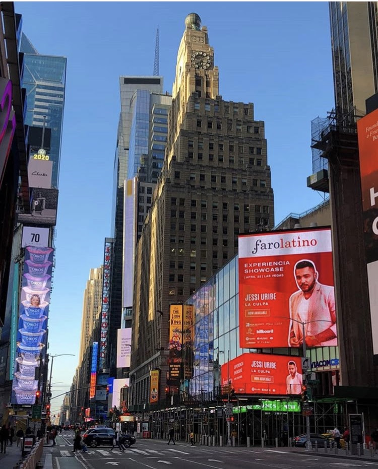 Jessi Uribe en las pantallas de Times Square