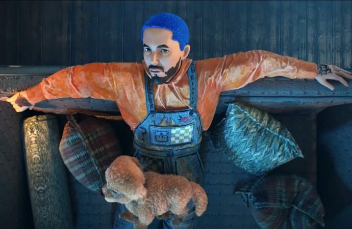 J Balvin animado y junto a su perrita en el video de 'Azul'